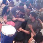 【動画】混雑したバーで体がぶつかったカップルに殴りかかる男がヤバすぎる