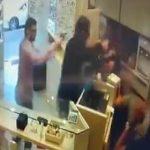 【動画】銃を持った武装強盗2人に店員2人が抵抗するが恐ろしい事になってしまう