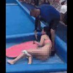 【動画】ウェイブプールで女性がボディーボードに挑戦するが水の勢いで水着が脱げてしまう衝撃映像