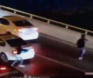 【動画】10代の少年が車から飛び出した、母親が止めようとするが橋から飛び降りてしまう衝撃映像