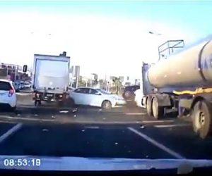 【動画】信号待ちをしている車に後ろからトラック2台が突っ込んで来る衝撃事故映像
