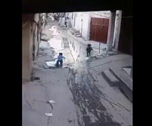 【動画】子供が道にある水溜まりに入るが水溜まりが異常に深く溺れてしまう衝撃映像