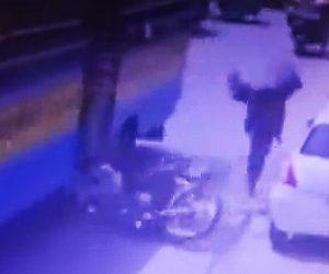 【閲覧注意動画】バイクが歩行者に接触しバスの下に転倒してしまい…