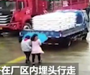 【動画】傘をさして歩く女性2人がバックしてくるトラックに気付かず轢かれてしまう