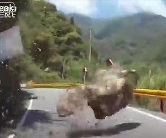 【動画】台湾でM6.1の地震。落石が発生し巨大な岩が山道を走る車の前に降ってくる衝撃映像