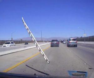 【動画】高速道路で前を走る車が跳ね上げたハシゴが後続車に飛んで来る衝撃映像
