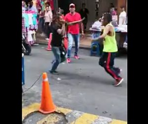 【閲覧注意動画】大勢が見えいる車道で男性2人がナイフで刺し合う恐ろしい映像