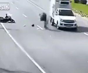 【動画】バイク2台が接触し転倒。起きあがった男性が後続車に撥ね飛ばされる衝撃事故