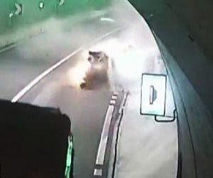 【動画】女性が運転する猛スピードの車がトンネルで壁に激突し横転してしまう衝撃事故映像