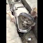 【動画】溝にはまってしまったバイクを運転する女性ドライバーの衝撃映像