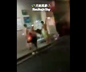 【動画】男が肉切り包丁で男性に何度も斬りかかる恐ろしい映像