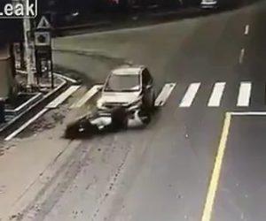 【閲覧注意動画】右折するSUV車がスクーターに乗る男性をゆっくり轢いてしまう衝撃映像