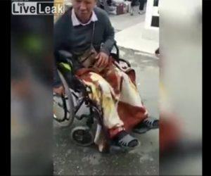 【動画】車椅子に乗った障害者の男性が後ろから押され…
