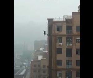 【閲覧注意動画】高層マンション縁に立つ高校生。足元が崩れ落下してしまう衝撃映像