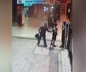 【動画】男が突然ハンティングナイフで警察官を後ろから刺す衝撃映像