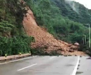 【動画】突然の地滑りで車道を走る車に土砂が降りかかってくる衝撃映像