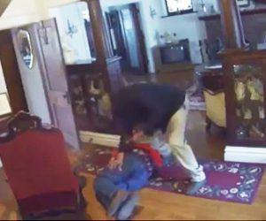 【動画】自宅に銃を持った強盗が現れ79歳おじいさんが襲われてしまう衝撃映像