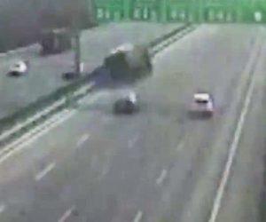【動画】高速道路で車線変更した車を猛スピードのトラックが避けようとするが…