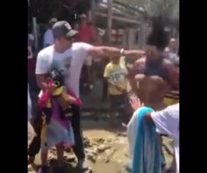【動画】道に空いた穴から猛烈な風が出て女性のワンピースが…