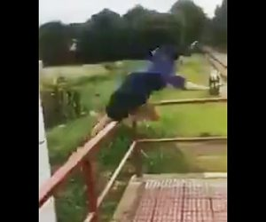 【動画】手すりに飛び乗ろうするが足を踏み外し…