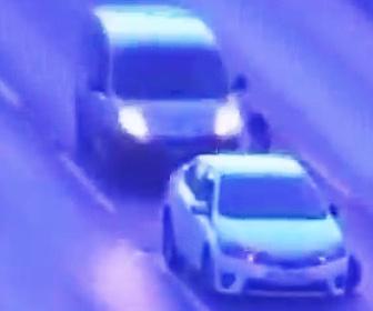 【動画】道の真ん中で停車してしまった車に後続車が突っ込む恐ろしい事故映像