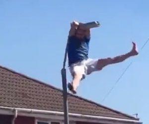 【動画】男性が調子に乗り街灯に登るが…