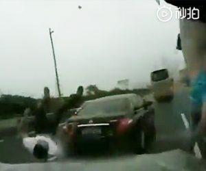 【動画】接触事故でトライバーが車外に出て話し合っている所に後続車が…