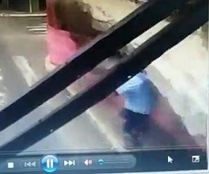 【動画】突然レンガの壁が崩れ歩道を歩く歩行者が押し潰されてしまう衝撃映像