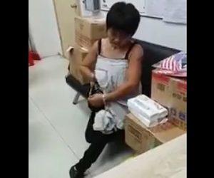 【動画】万引きした女性の服の中から16本のボトル出てくる衝撃映像