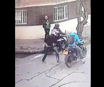 【動画】バイクで現れた強盗3人が歩道の男性を襲うが男性は警察官で…