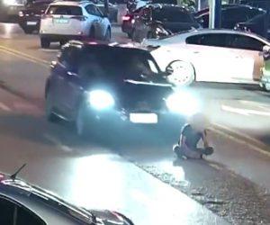 【動画】酔っ払い車道の真ん中に座り込んだ男に後ろから車が…