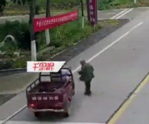【動画】80歳おじいさんが道を渡ろうとするが3輪バイクに轢かれてしまう衝撃事故映像