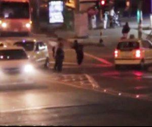 【動画】猛スピードで車道を走行するスケートボーダーが赤信号に突っ込み恐ろしい事故に…