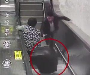 【動画】エスカレーターで上から落下してくるスーツケースが女性にぶつかりそうになるが…