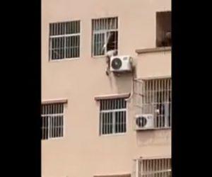 【閲覧注意動画】窓から飛び降りようとする裸の男をレスキュー隊が助け出すが恐ろしい事に…