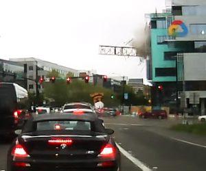 【動画】建物上の巨大クレーンが倒れ、路上の車6台を直撃する恐ろしい衝撃映像