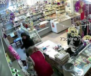 【動画】強盗が女性店員にナイフで襲いかかり刺しまくるが女性は必死に抵抗