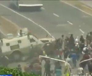 【動画】ベネズエラ国家警備隊がデモで集まった市民に車で突っ込む衝撃映像