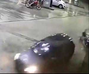 【動画】ガソリンスタンドに突っ込んで来た車が男性をはね飛ばし走り去る