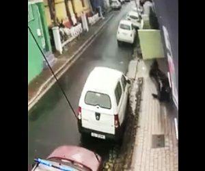 【動画】歩道で20歳女学生が強盗にナイフで刺されまくりバッグを奪われる衝撃映像