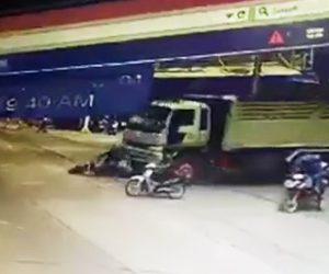 【動画】交差点で大型トラックの前に止まったバイクが恐ろしい事に…