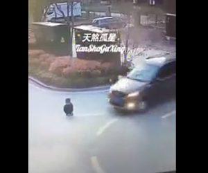 【動画】道に座り込んでいる子供に気付かずバンが轢いてしまうが…