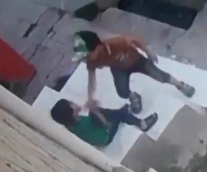 【動画】少年が刃物で子供の顔を斬りつける恐ろしい衝撃映像