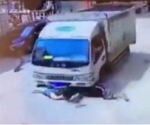 【動画】交差点でスクーターがトラックに撥ねられ引きずられる衝撃事故映像