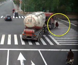 【動画】右折するタンクローリーに電動自転車に乗る女性が轢かれてしまう