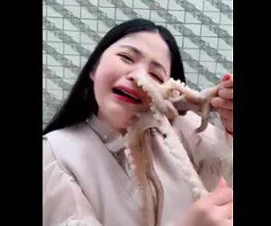 【動画】少女の顔に生きたタコが吸い付き離れなくなってしまう衝撃映像