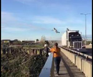 【動画】橋を走る大型トラックの上から橋の下に飛び降りる衝撃映像