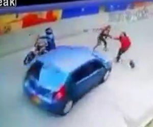 【動画】道を歩く女性に女強盗が襲いかかりバッグを奪おうとするが女性強盗に車が突っ込み…