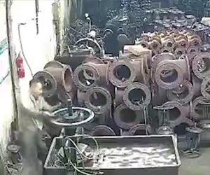 【動画】工業で液体金属が突然爆発し作業員に降りかかる衝撃映像