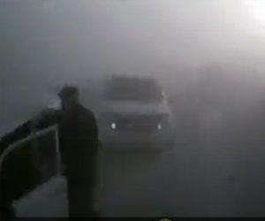 【動画】視界が悪い中走るトラックが停車している車に突っ込んでしまう衝撃事故